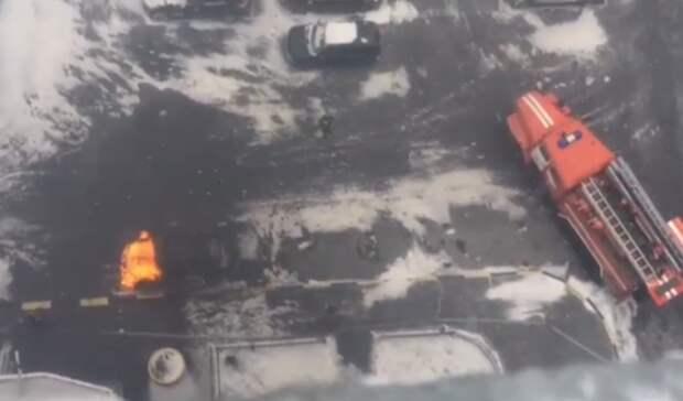 Втюменском жилом комплексе возле подъезда загорелась чёрная «Лада Гранта»