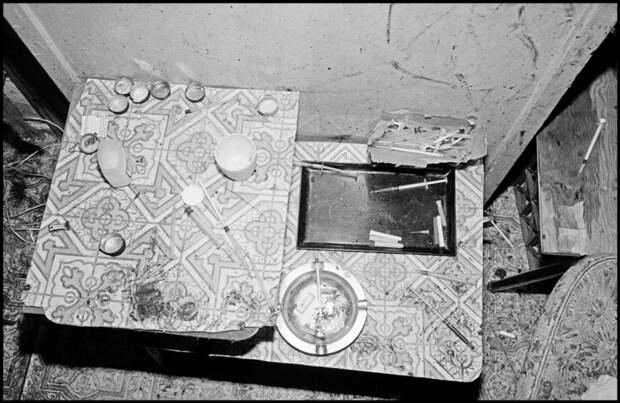 Столик с остатками от изготовления и использования наркотиков.