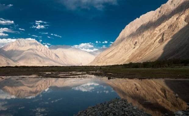 Нубра Индия Нубра расположена примерно в 150 км от города Лех Широкая богатая достопримечательностями долина доступна не всем местные власти выписывают путешественникам специальные разрешения на посещение этого национального парка