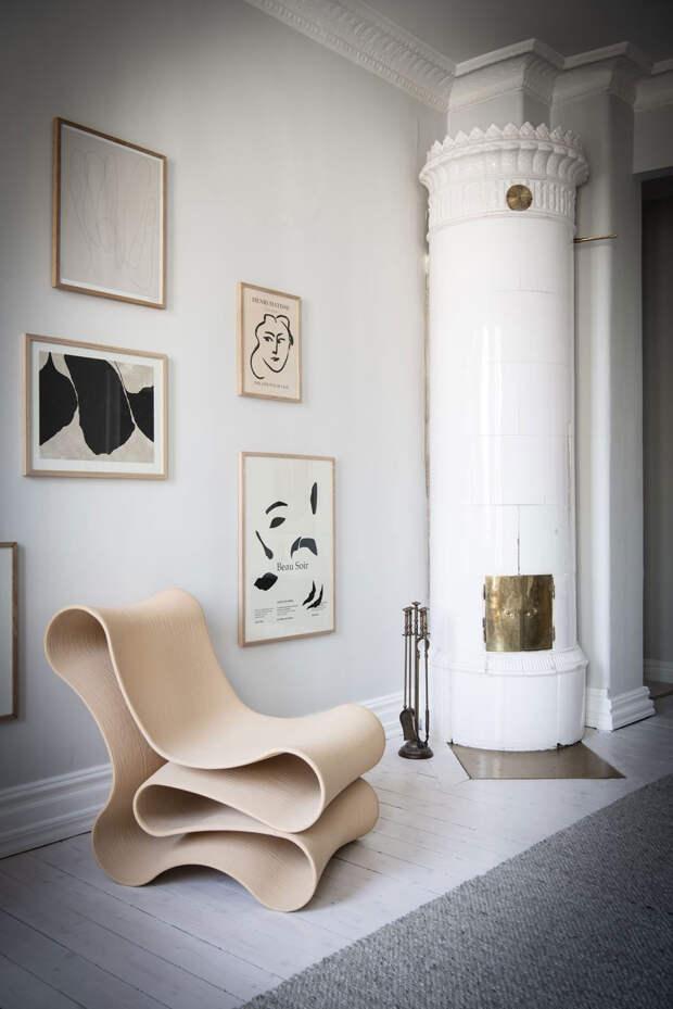 Элегантный скандинавский интерьер со скульптурами и постерами в качестве декора (60 кв. м)