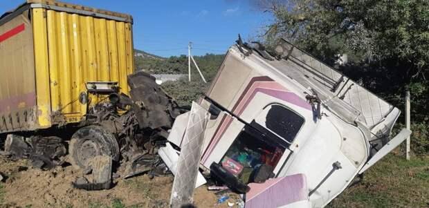 В одном из районов Севастополя грузовик попал в аварию