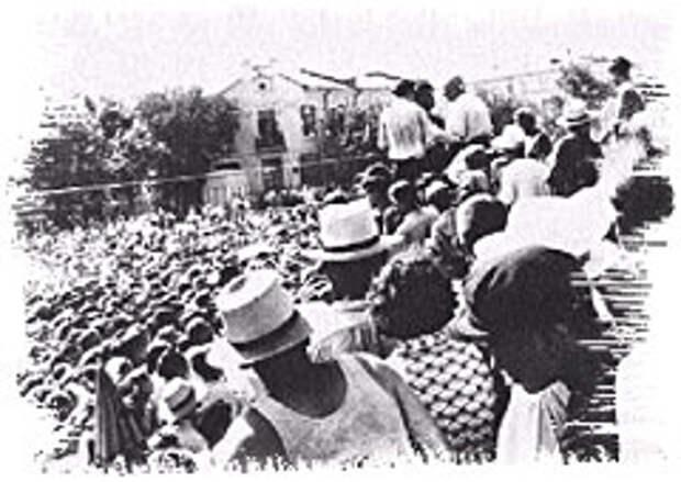 Митинг в Грозном на площади Ленина 27 августа 1958 г. Фото участника событий.