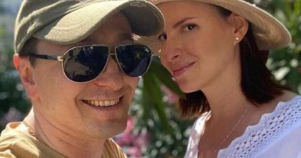 Безруков показал себя с беременной женой на съемках в Сочи
