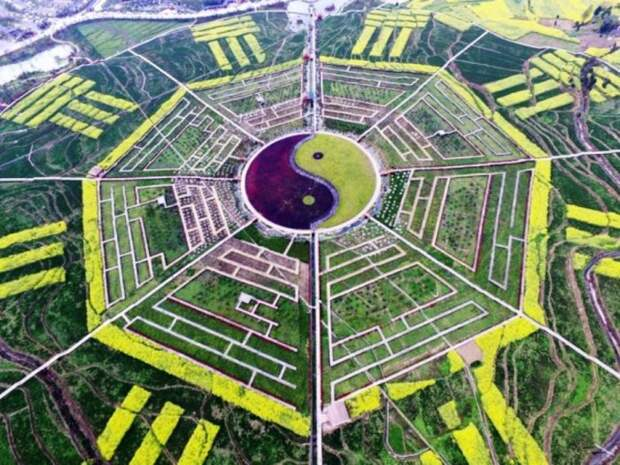Эта туристическая достопримечательность охватывает более 300 акров и расположена в небольшой деревне в Китае.