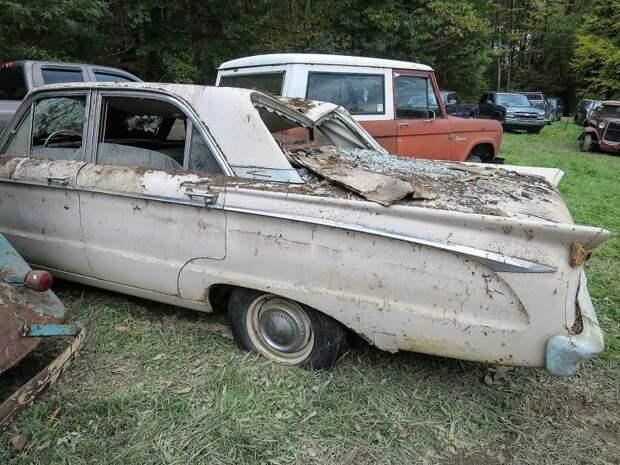 Позади Mercury Comet 1963 года стоит оригинальный Ford Bronco, цены на который в Штатах сейчас накачены как никогда авто, джанкярд, коллекция, коллекция автомобилей, олдтаймер, ретро авто, свалка автомобилей
