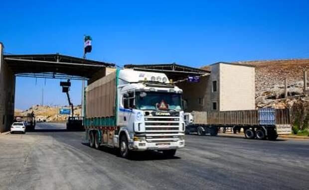 На фото: пограничный переход Баб-Аль-Хава, провинция Идлиб, Сирия: пограничный переход Баб-Аль-Хава, Сирия. 11 июля 2021 года. Грузовики с гуманитарной помощью въезжают в Сирию через пограничный переход Баб-Аль-Хава на северо-западе страны.