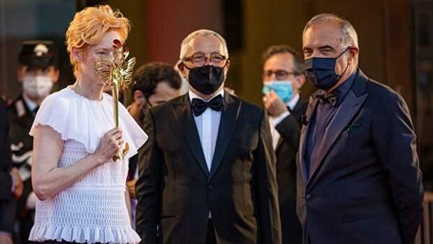 Британская актриса Тильда Суинтон, президент Роберто Чикутто и директор Венецианского международного кинофестиваля Альберто Барбера