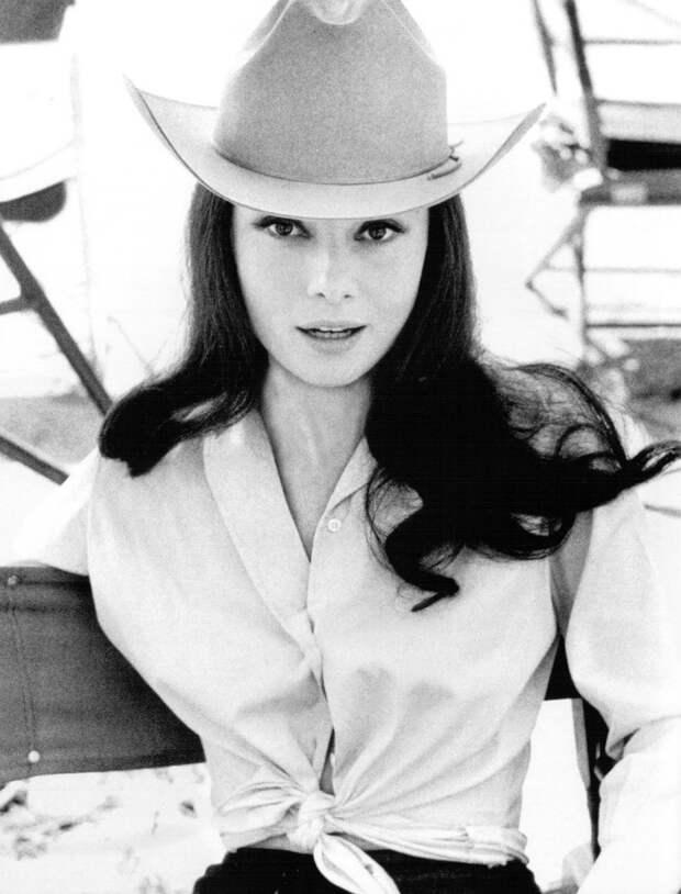 """Одри Хепберн на съемках фильма """"Непрощённая"""" (1960)"""