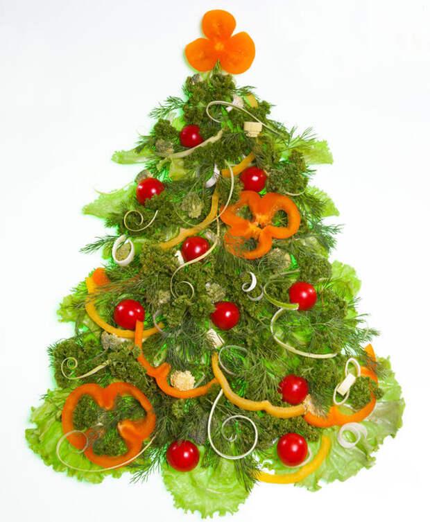 Такую овощную аппликацию можно выложить просто на белое блюдо или сверху на традиционный оливье