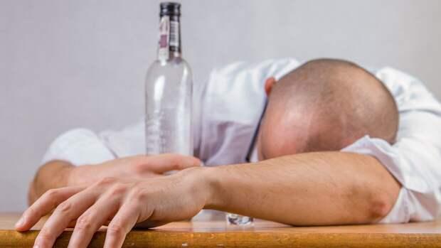 Нарколог рассказал, как бороться с похмельем