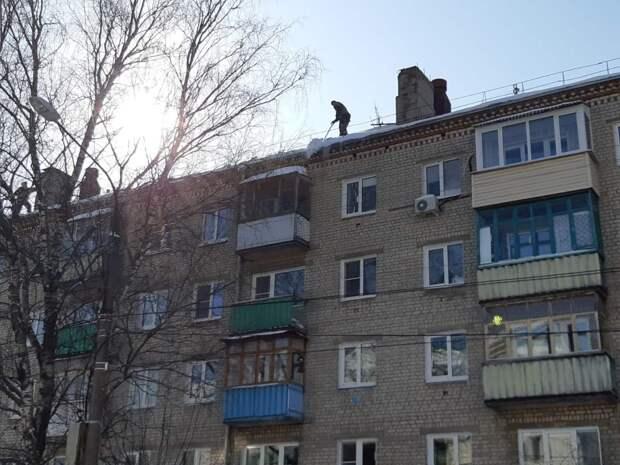 Специалисты Госжилинспекции выявили нарушения уборки снега и наледи с крыш домов на Бору