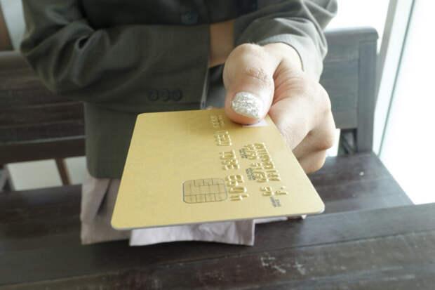Банки начали брать комиссию за перевод денег на карту другого банка