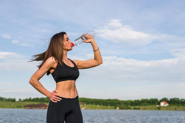 Врач-терапевт рассказала, сколько воды нужно выпивать в жару
