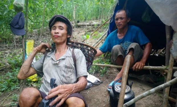 Мужчина 41 год жил в джунглях. В детстве отец отнес его в лес, чтобы спрятать от войны