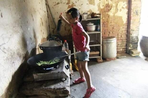 После смерти отца и бегства матери, 11-летняя девочка стала главой семьи и воспитательницей для двоих братьев