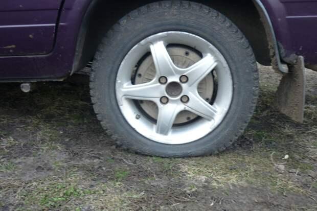 Как доехать, если пробито колесо, а запаски нет и помочь некому. Советы бывалых
