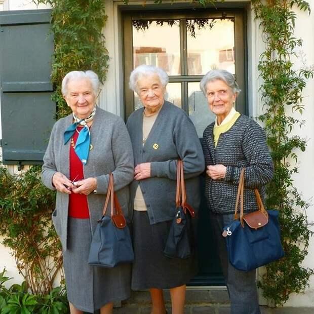 Бабушки в возрасте, добротно одетые, но сумки портят внешний вид
