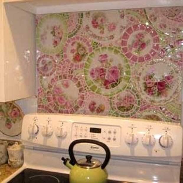 красивая рабочая стенка на кухне из мозаики из подручных материалов