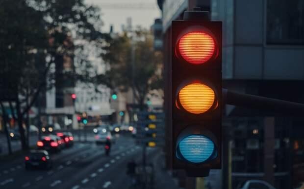 Почему сигналы светофора имеют именно красный, желтый и зеленый цвета