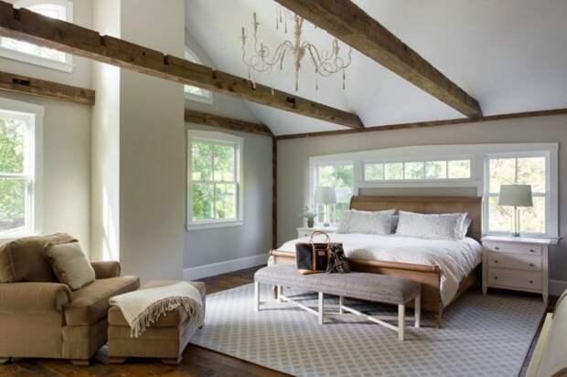 Гармоничное сочетание окон разного формата и изголовья кровати