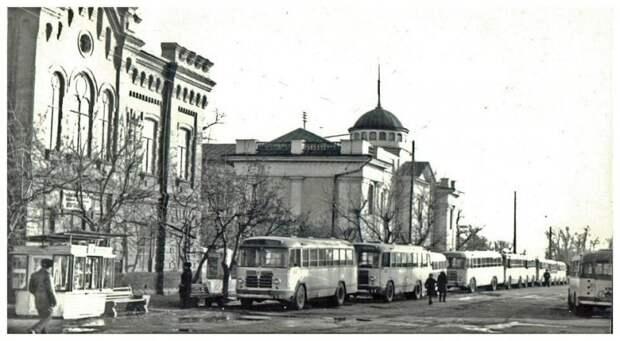 5. Город Минусинск и целая вереница из автобусов семейства ЗИЛ-158. В 1960-х годах эти «будильники» или «голубки», кому как больше нравится, были основными машинами на городских маршрутах в СССР. СССР, авто, автомобили, олдтаймер, ретро авто, ретро техника, ретро фото, советские автомобили
