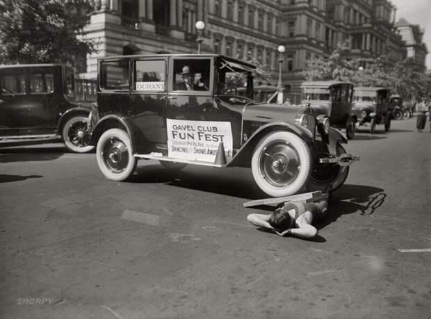 Силач демонстрирует свое умение выдерживать вес автомобиля на фестивале Fun Fest, Вашингтон, 1923 год. ретро фото, фотт, это интересно