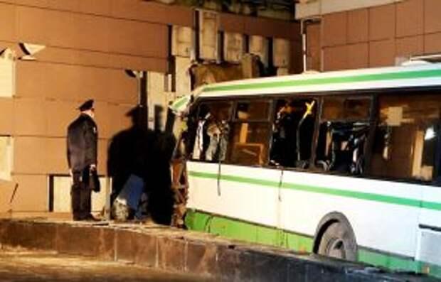 На фото: ДТП с пассажирским автобусом в Великом Новгороде