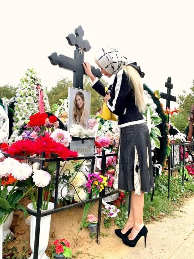 Никакой совеcти: Кравец плюнули в лицо за устроенное на могиле Началовой