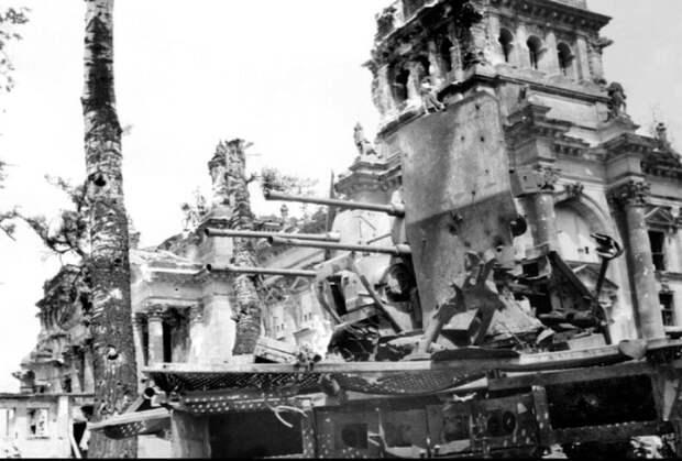 Немецкие зенитки на крыше рейхстага. 1945 год.