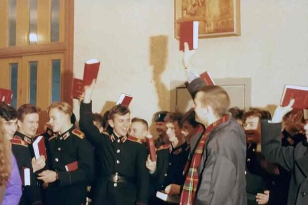 Российские курсанты размахивают Библиями, которые они получили от христианской благотворительной организации World Help, 1992 год