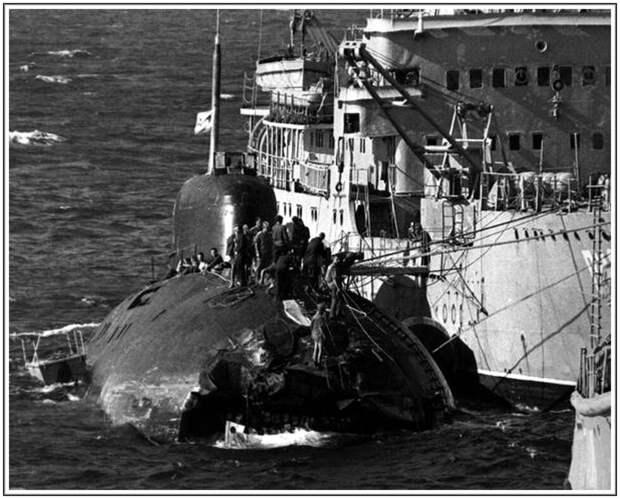 """БПК """"Владивосток"""" и АПЛ """"К-314"""". Осмотр повреждений. (Фото из открытых источников)"""