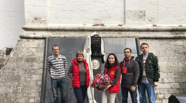 Коммунисты России провели субботник на могиле Ильича