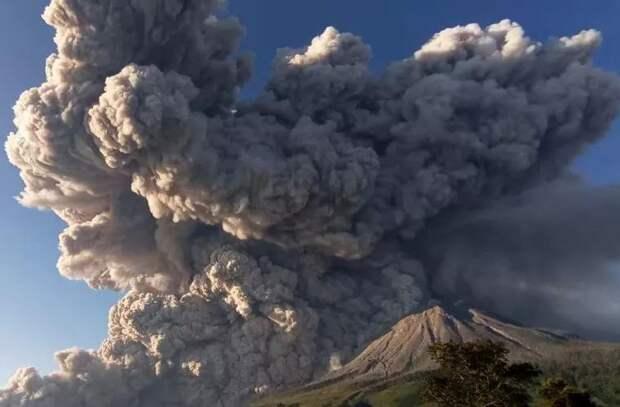 Индонезийский вулкан Синабунг дважды выбросил пепел