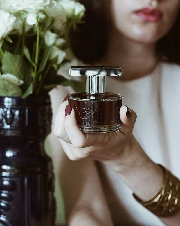 6 красивых ароматов на лето 2021, которые можно сравнить с вином из роз