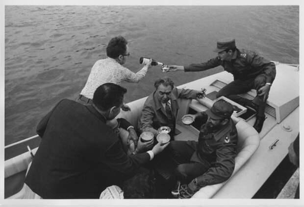 Куба. Л. И. Брежнев и братья Кастро на катере. Автор Мусаэльян Владимир, 1974.jpg
