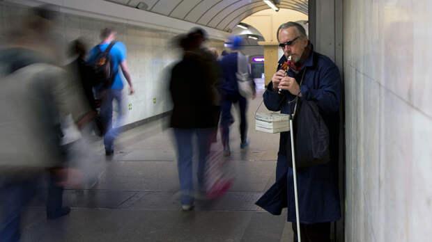 """""""Каждый день стоял и плакал"""": Пенсионеры вынуждены просить милостыню из-за кредитов"""