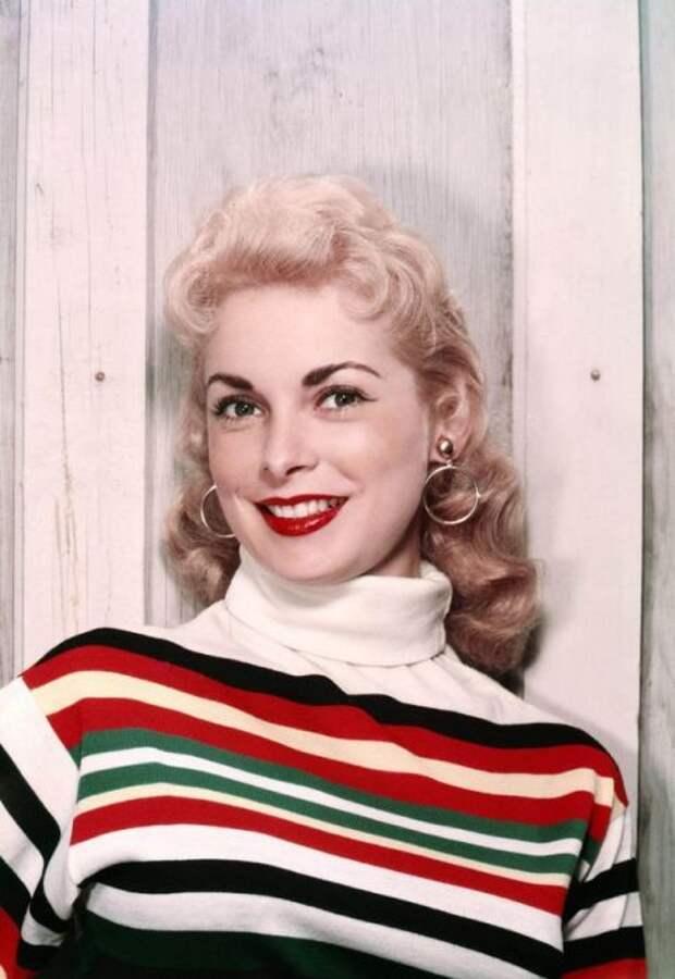 Необычный образ актрисы, в закрытом ярком топе в полоску с яркими губами.