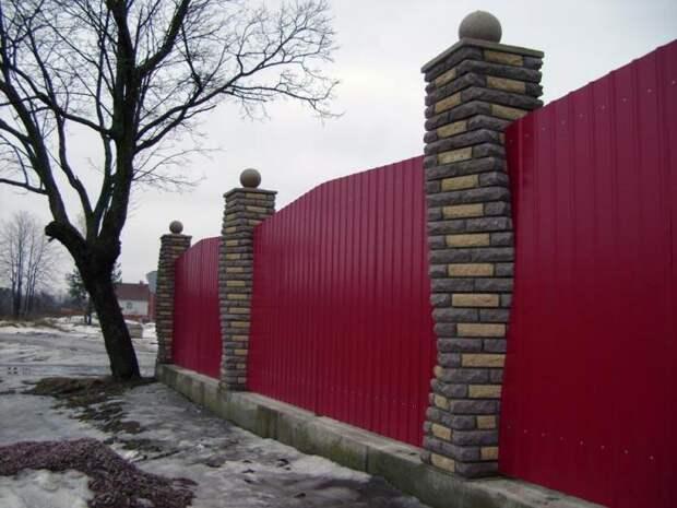 Креативный подход сделает необычной даже такую простую постройку. /Фото: izkirpicha.com