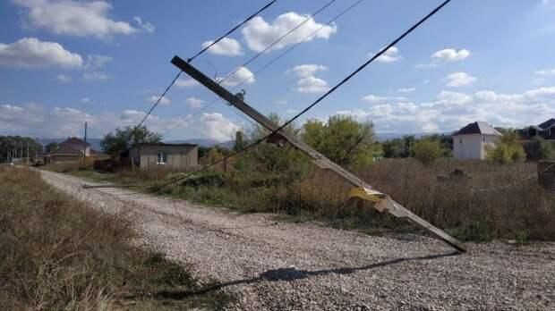 В Крыму большегруз снёс несколько электроопор. Люди остались без света