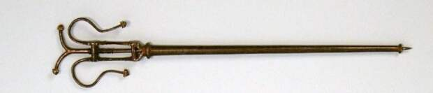 Инструмент для извлечения пули, 15 век. Этот орудие следовало по пути пули в теле, а затем ввинчивалось в снаряд для удаления.