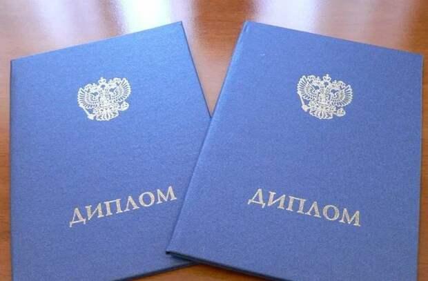 Студенту в Екатеринбурге снизили оценку на защите диплома из-за цвета волос