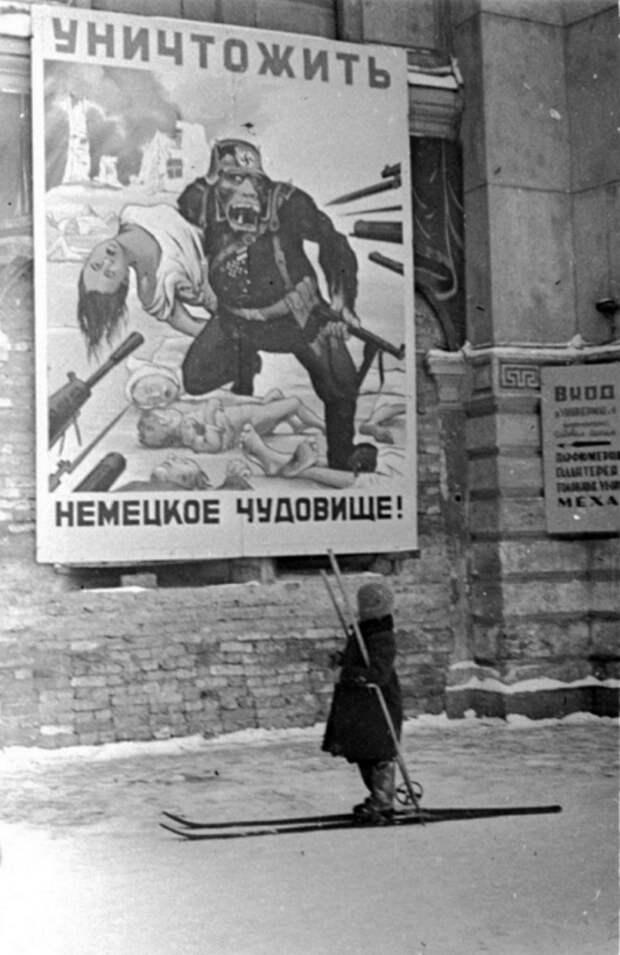 """Ребенок рассматривает плакат: """"Убить немецкого монстра!"""", 1942 год."""