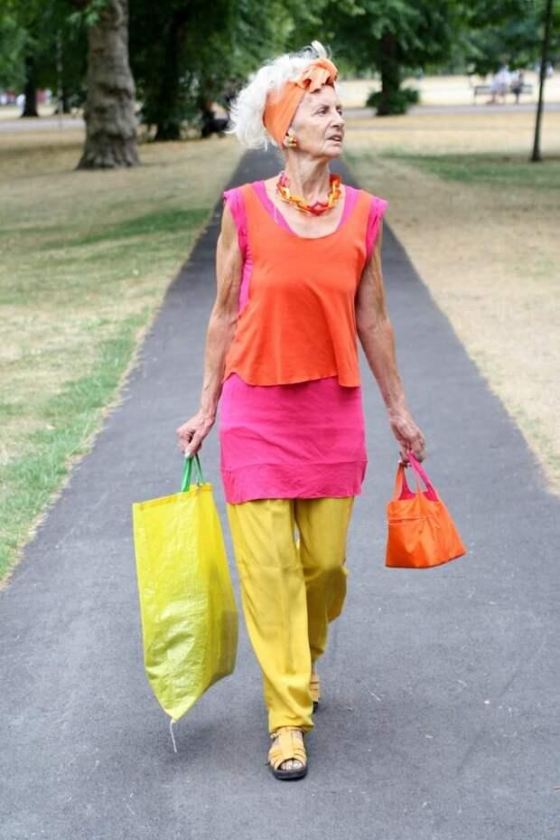Яркие цвета в одежде женщин старше 45 лет  – как это выглядит на самом деле