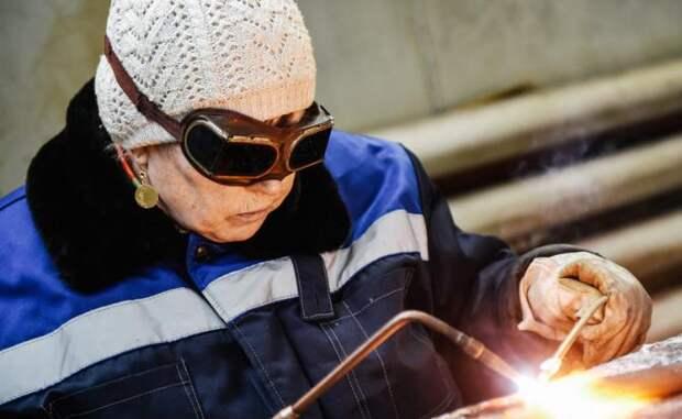 Пожилым женщинам в России вместо пенсий вручат сварочные аппараты