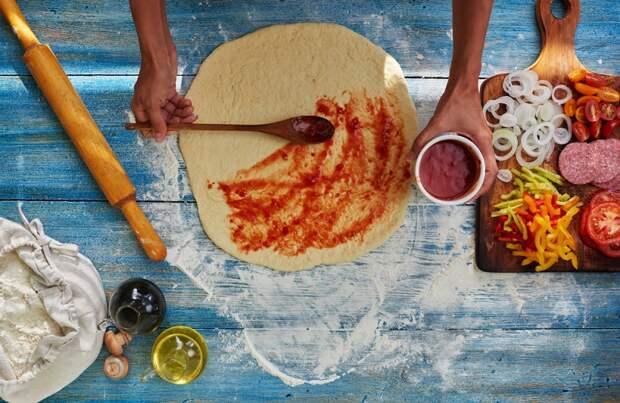 рулетики из слоеного теста с колбасой и сыром