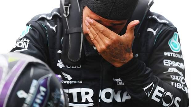 Британский гонщик сравнялся по титулам с легендарным Шумахером: видео