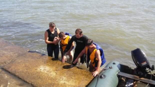 Двоих мужчин спасли в районе судоходного канала в Керчи