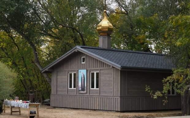 Видео: на Шеногина обустраивается временный деревянный храм