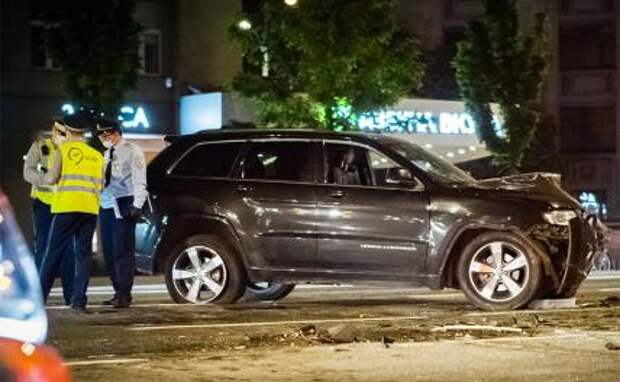 На фото: автомобиль Jeep Grand Cherokee актера Михаила Ефремова на месте ДТП на Смоленской площади
