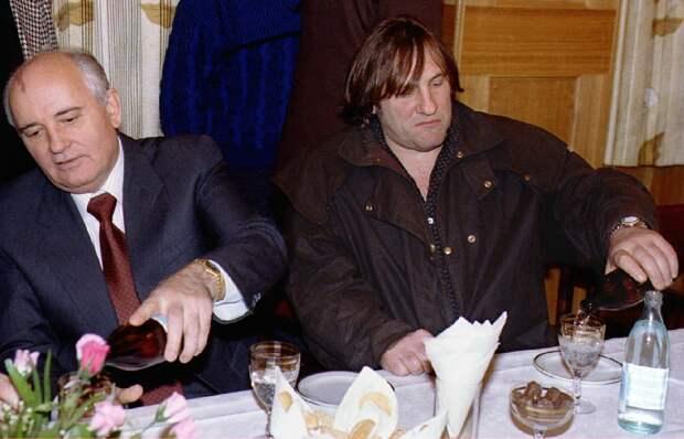 Михаил Горбачев и Жерар Депардье на банкете во время Московского кинофестиваля, 1993